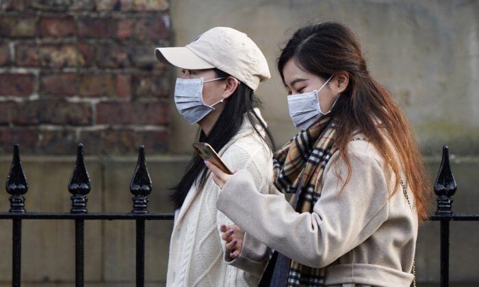 masked women in england 700x420 1